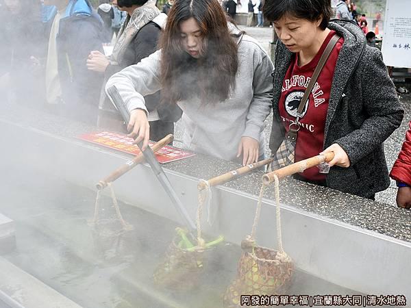 清水地熱22-使用公用夾子調整竹簍內食材.JPG