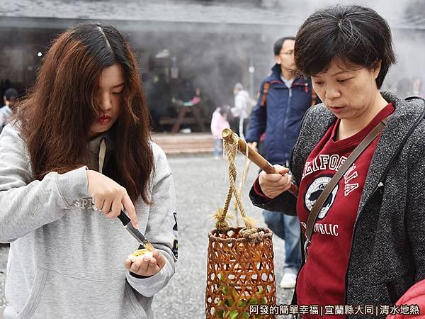 清水地熱34-處理食物的母女倆.JPG
