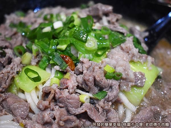 老師傅牛肉麵18-清燉羊肉麵肉不少.JPG
