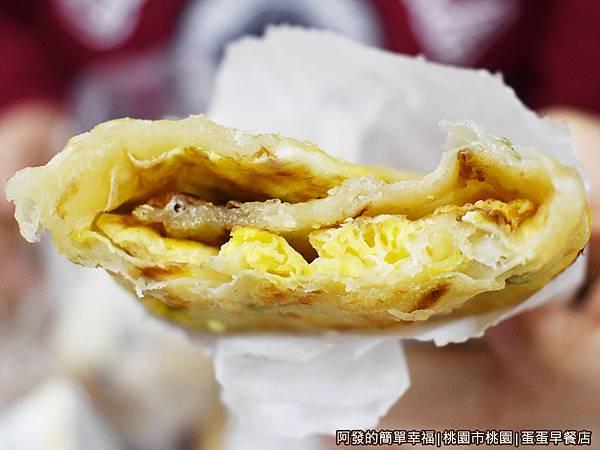 蛋蛋早餐店08-蔥抓餅+蛋剖面.JPG
