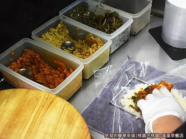 蛋蛋早餐店05-包飯糰.JPG
