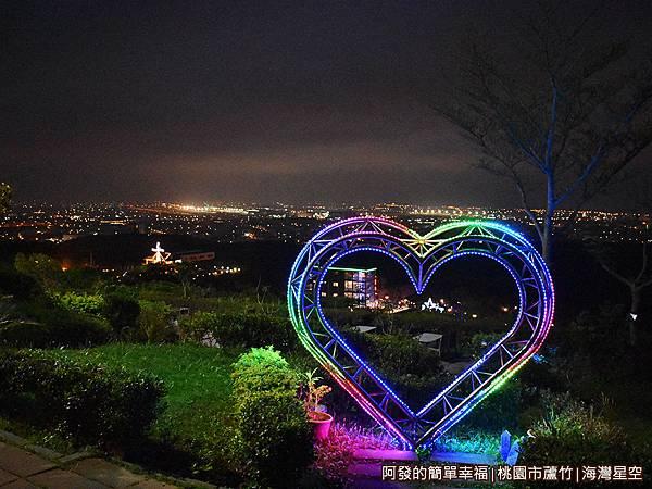 海灣星空30-浪漫美麗的大型霓虹〝心〞造型.JPG