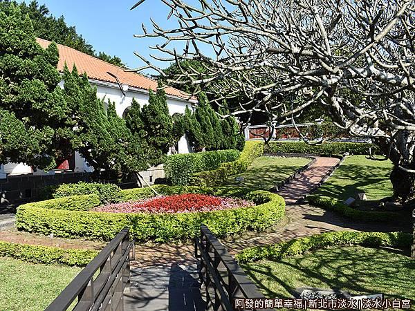 淡水小白宮16-觀景台回入口的花園小徑.JPG