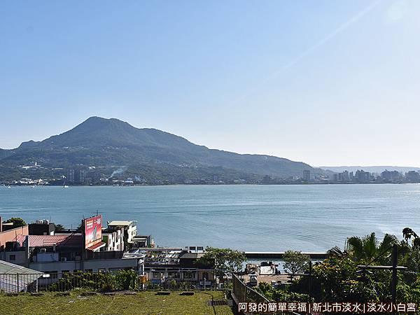 淡水小白宮14-觀景台上遠眺觀音山.JPG