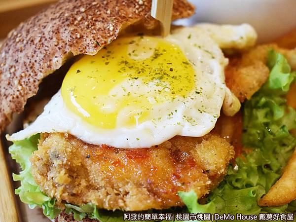 戴莫好食32-泰式甜辣炸雞堡A套餐-漢堡特寫.JPG
