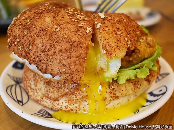戴莫好食34-泰式甜辣炸雞堡A套餐-漢堡切半.JPG