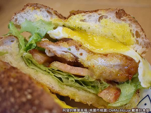 戴莫好食35-泰式甜辣炸雞堡A套餐-漢堡剖面.JPG
