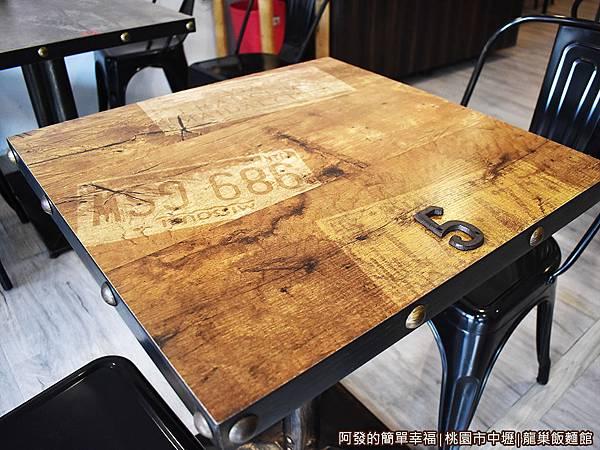 龍巢飯麵館04-桌椅.JPG