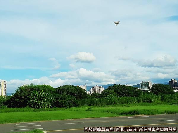 新莊機車考照練習場17-翱翔天空的遙控飛機.jpg