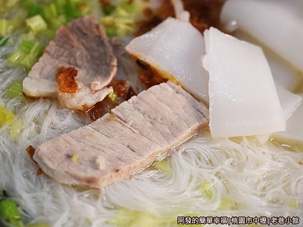 老巷小館21-雙拼湯麵-米粉與粄條-肉片.JPG