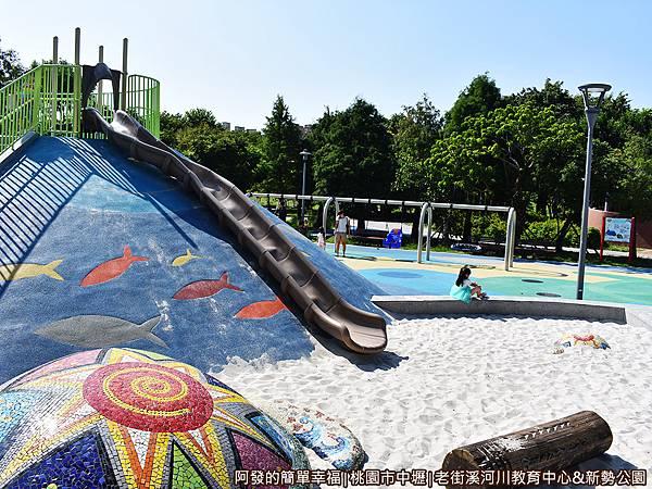 新勢公園09-河川造型地景滑梯.JPG