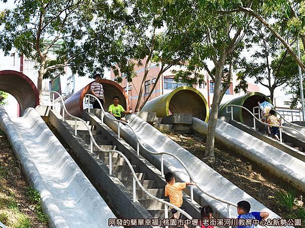 老街溪河川教育中心05-開心地不斷爬上溜下的孩童們.JPG