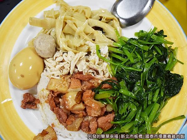 國泰市場嘉義雞肉飯16-招牌便當(雞魯)俯視.JPG