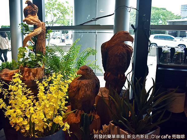 兜咖啡12-門口旁的老鷹木雕.JPG