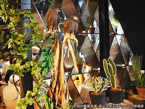 兜咖啡15-第二用餐區入口前栩栩如生的老鷹木雕.JPG