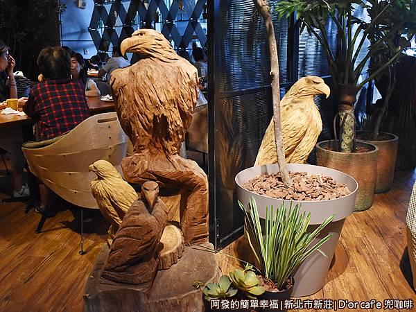 兜咖啡18-第三用餐區入口前的老鷹木雕.JPG