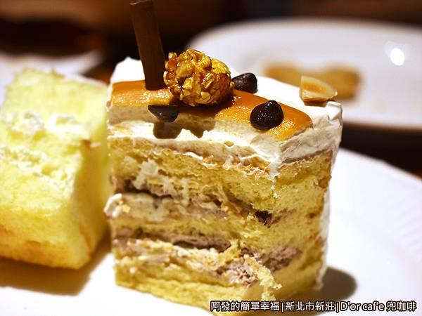 兜咖啡28-妃愛不可榛果蛋糕剖面.JPG