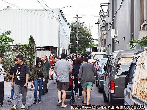 2020楓樹河濱公園02-和平街的路不寬,兩側多為工廠.JPG