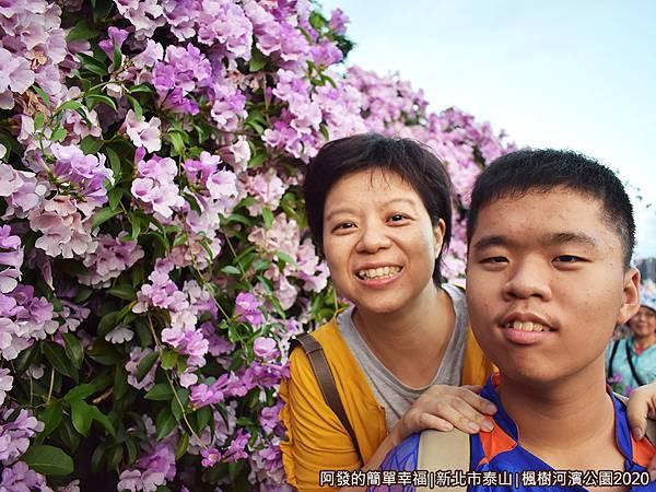 2020楓樹河濱公園12-開心的母子倆.JPG