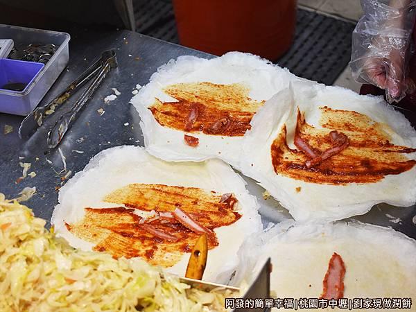 劉家現做潤餅06-放紅燒肉片.JPG