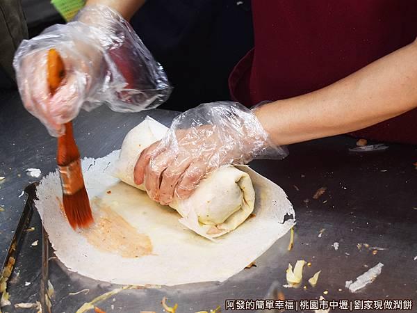 劉家現做潤餅12-再包上一層潤餅皮.JPG