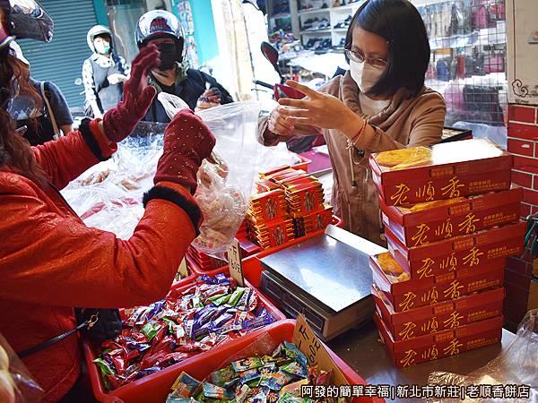 老順香餅店10-很多人一口氣都買快十盒.JPG