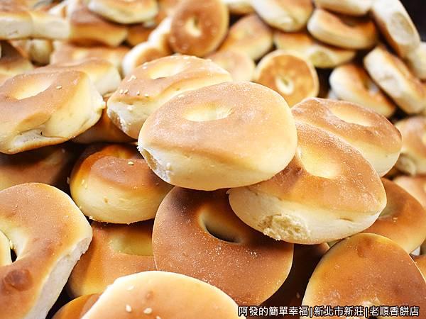 老順香餅店08-剛出爐的鹹光餅堆.JPG