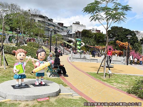 永吉公園12-兒童遊戲場入口公仔.JPG