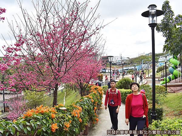 永吉公園17-遊戲區旁的賞花小徑.JPG