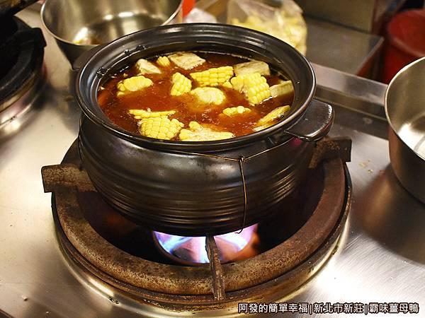 霸味薑母鴨08-工作區爐火上的薑母鴨鍋.JPG
