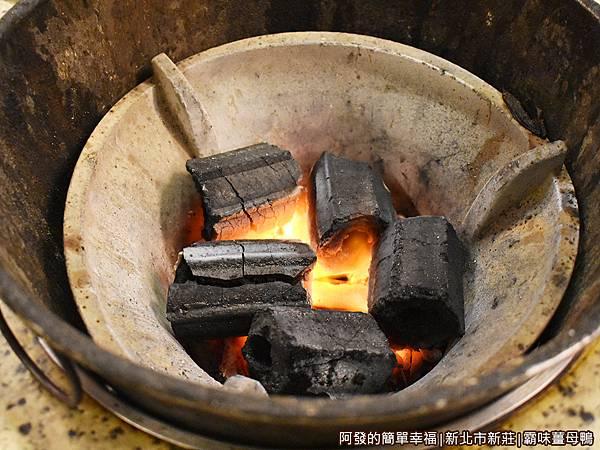 霸味薑母鴨11-炭火爐上桌.JPG
