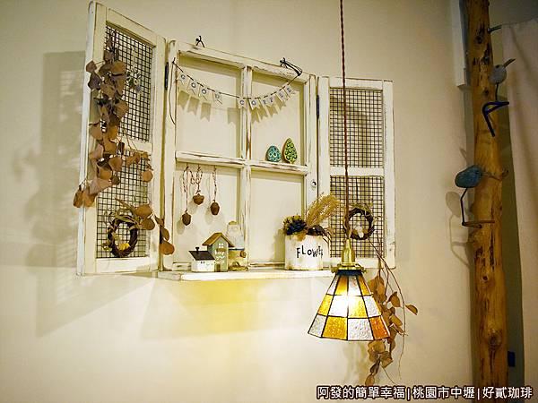 好貳珈琲09-牆面的木窗裝飾.JPG
