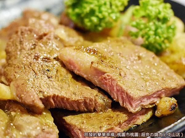 超夯の燒肉30-烤好的特選肋眼牛排.JPG