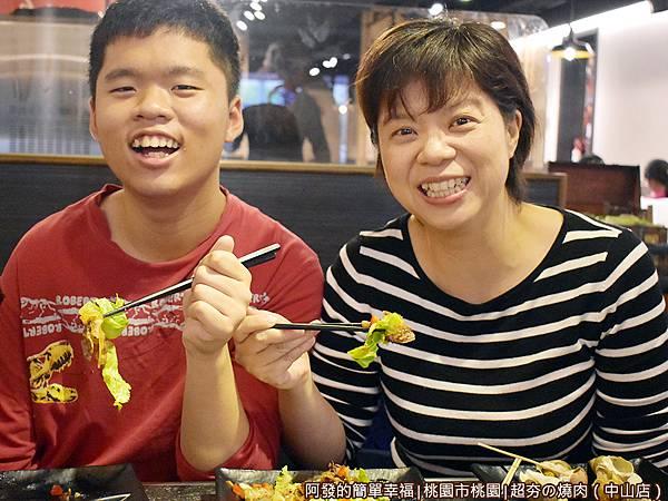 超夯の燒肉33-吃到眉開眼笑的母子倆.JPG