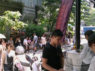 米朗琪咖啡館03等候的人潮.jpg