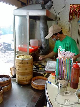 牛角坡早餐店-門口的蒸麵.jpg