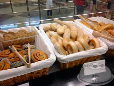 IKEA宜家家居餐廳-點餐處8-麵包區.jpg