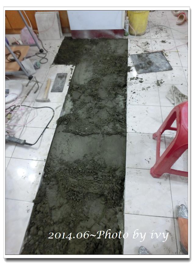 DAY8~鋪設地板磁磚、客廳磁磚