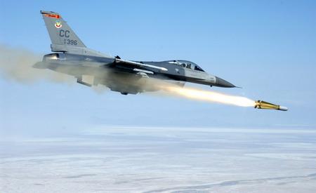 F-16_發射小牛(Maverick)反裝甲飛彈_雷神公司(Raytheon)透露將對南韓和台灣出售250多枚.jpg