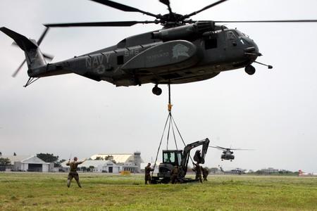 美軍MH-53E直升機支援我國吊掛救災機具任務_8月18日上午1110在台南空軍基地吊掛起第1部4ton級履帶型挖土機前往高雄縣那瑪夏鄉災區.jpg