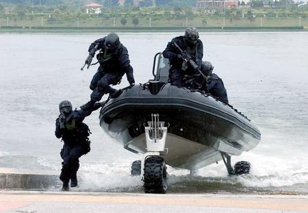 馬來西亞_陸軍第21特戰團海上作戰中隊_使用紐西蘭製造SEALEGS兩棲快艇展開登陸作戰任務。.jpg