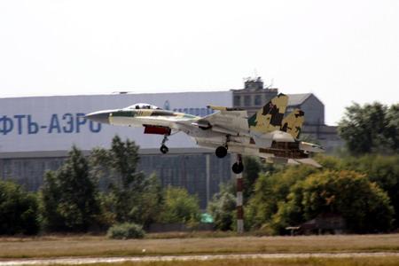 莫斯科航展8月18日首日在飛行表演後降落中的俄國Su-35戰.jpg