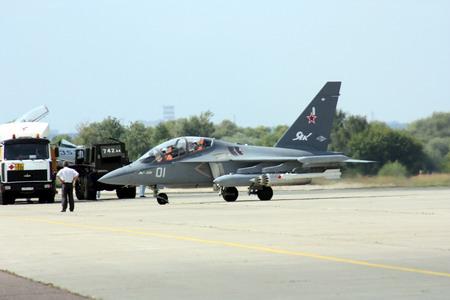 莫斯科航展8月18日首日在飛行表演後滑行入停機坪的俄國Yak-130高級教練機.jpg