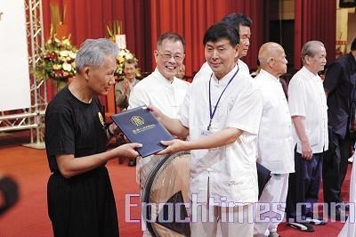 賽事評審主席李有甫頒發榮譽獎狀給優秀武術大師-林禮懋師父