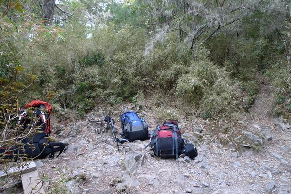 我們從離新達較近的第二登山口下重裝以輕裝攻頂