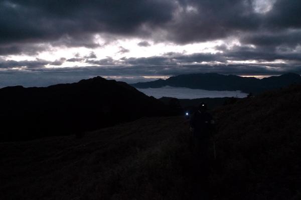 天還沒亮就起程前往品田山