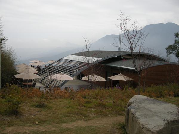 埋身在雲霧飄渺的群山和巨石旁的現代式建築相當顯眼!