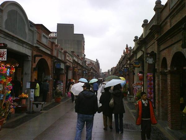 小雨中的古色古香老街