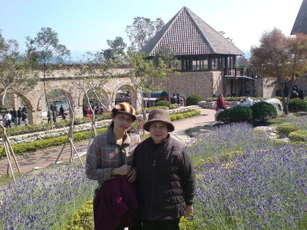 薰衣草前的媽和外婆