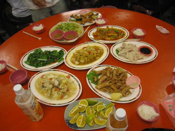 晚上到旗津的萬三吃海鮮~降只要900太過癮了!
